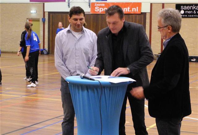 Directeur Walter Benecke van W.A. Benecke BV tekent het contract in de rust van de wedstrijd Roda 1 - ZKV 1. Naast hem de Roda bestuursleden Ron IJdel en Age Knossen.