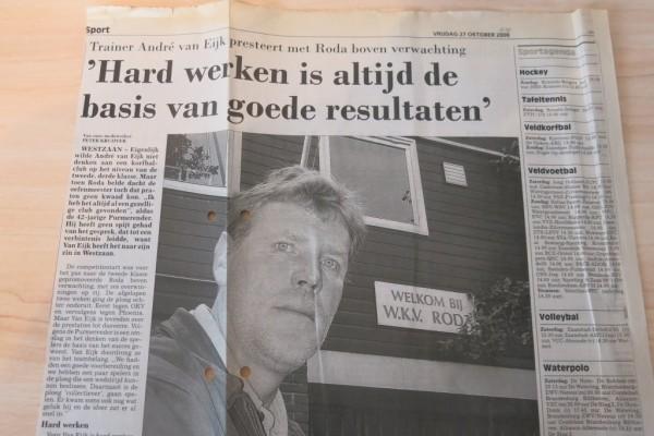Roda trainer/coach André van Eijk voor het Roda clubgebouw
