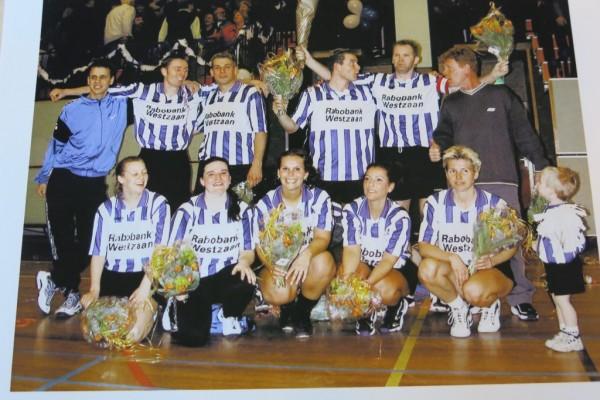 Het kampioenen team van Roda 1, v.l.n.r staand: Age Knossen jr., Joris Theewis, Arno Heermans, Norman Vormer, Bert van Leeuwen, André van Eijk (trainer/coach). Gehurkt v.l.n.r.: Mariska May, Jorine Boot, Myrthe Smit, Anouk Smit, Inez Molenaar en mascotte Tom Ekkes