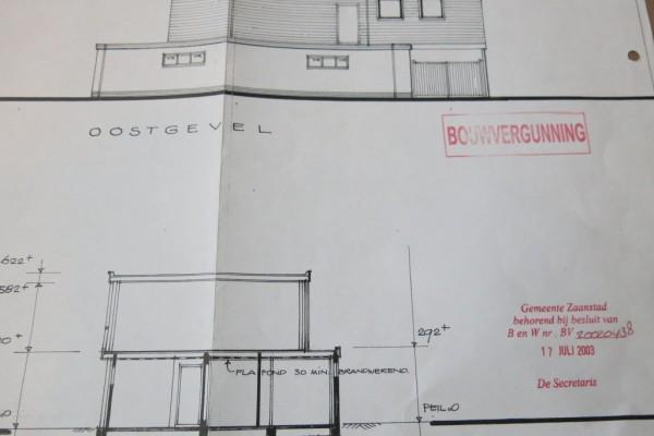 Een deel van de bouwtekening met daarop het stempel van de afgegeven bouwvergunning.