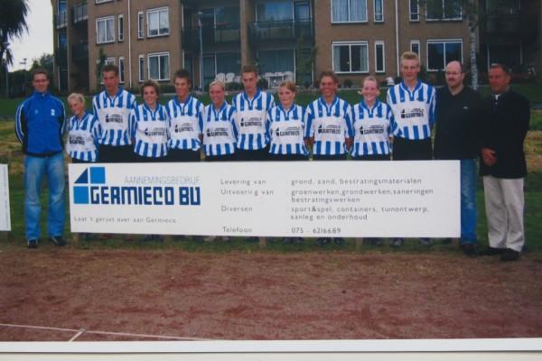 De talentvolle Roda A1 selectie met helemaal links trainer/coach Wibo Valkenburg en helemaal rechts jeugdvoorzitter Paul van den Bergh en Germieco directeur Henk Bakker