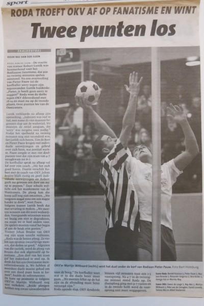 Pieter Pauw in duel met OKV speler Martijn Witbaard. Roda zette een belangrijke stap naar promotie door titelkandidaat OKV te verslaan.