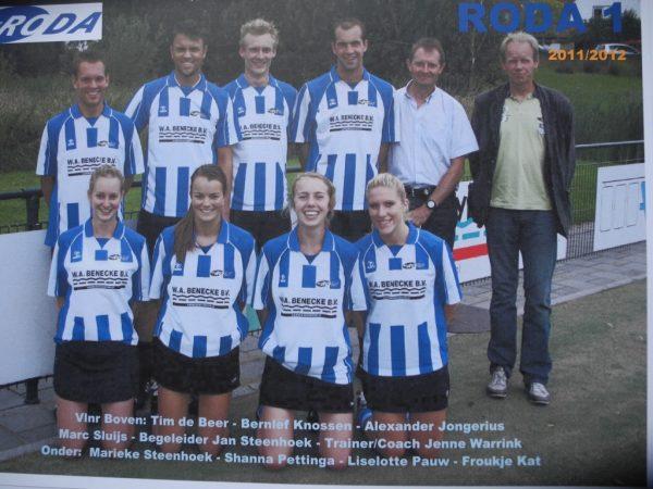 Het team van Roda 1 dat in het seizoen 2011-2012 met overmacht de titel behaalde op het veld.