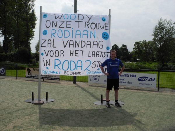 Wouter May voor het gemaakte spandoek ter gelegenheid van zijn laatste wedstrijd voor de selectie. Hij gaat volgend jaar voor Zondag 1 spelen.